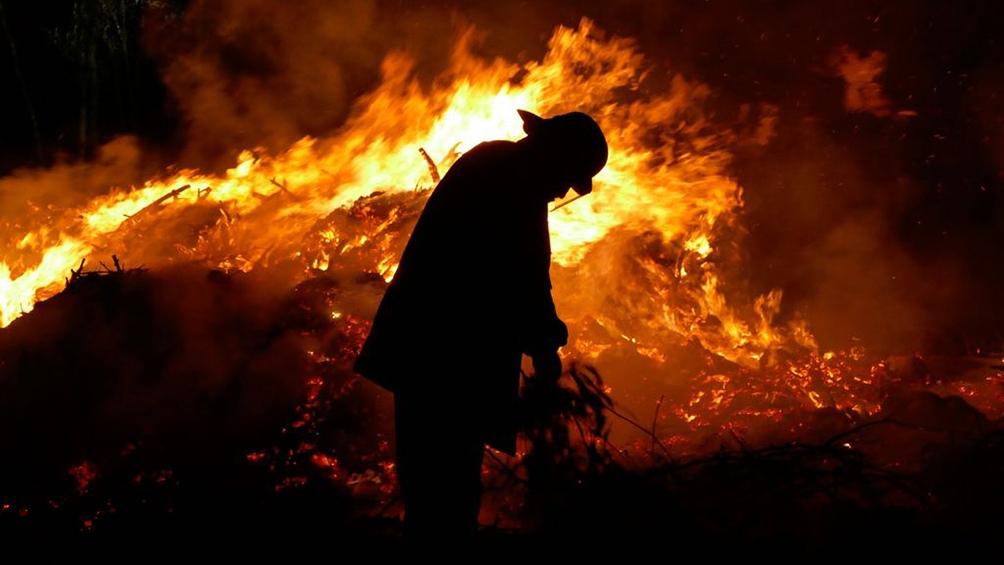 Todavía se mantienen dos grandes focos de fuego contra los que combaten los bomberos.