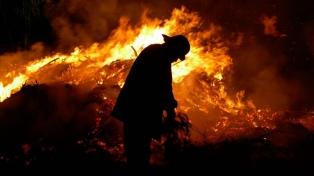 Córdoba: los bomberos combaten dos focos de incendios que continúan activos