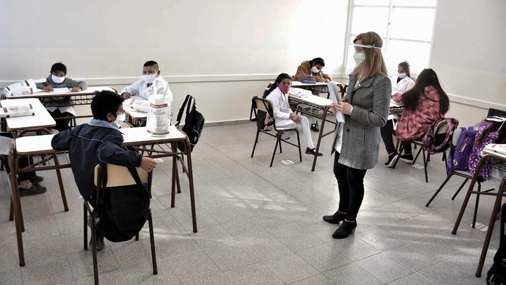 """Un total de 250 escuelas de la provincia retoman las clases con un protocolo de """"aulas burbuja"""", basado en en el distanciamiento físico."""