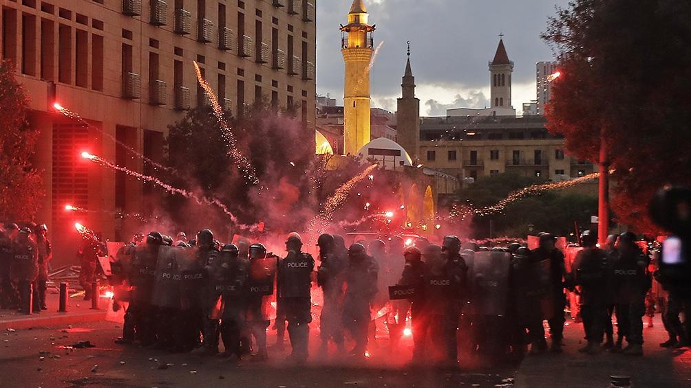 Represión policial durante una manifestación, tras la explosión.