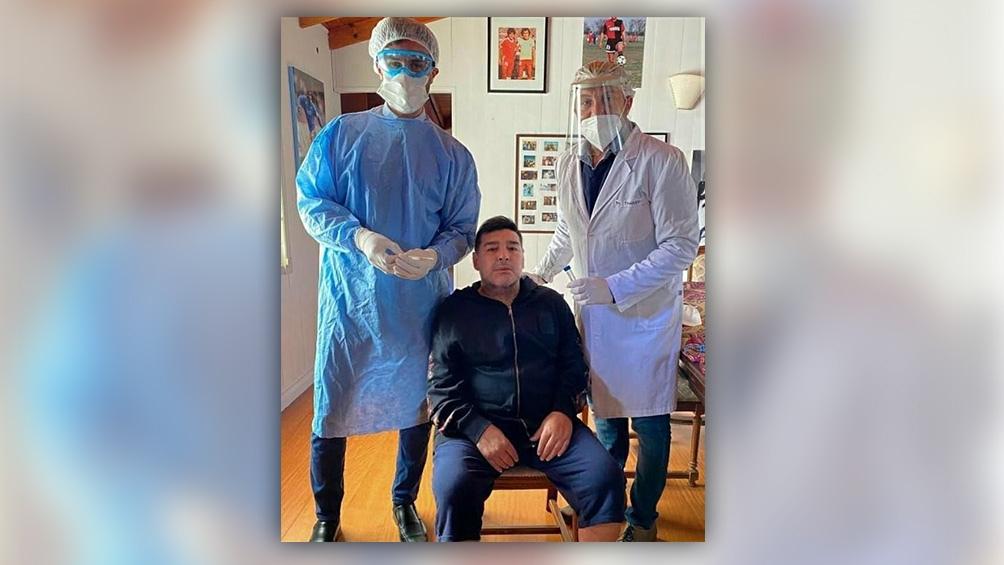 La prueba fue realizada por el medico personal de Maradona, Leopoldo Luque, y el médico de la institución platense, Favio Tunessi