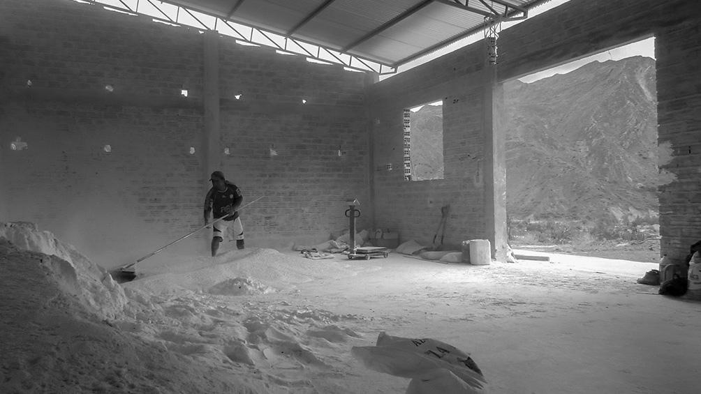 El documental sigue los materiales desde la extracción a la construcción.