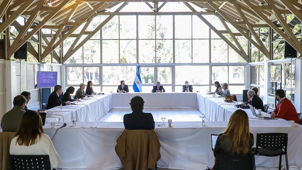 El Presidente se reunió con el comité de médicos y científicos.