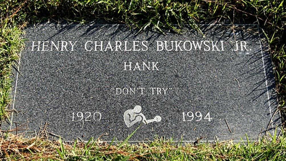 Una lápida que sintetiza la vida de un escritor que dio una pelea contra una realidad que le jugaba sucio