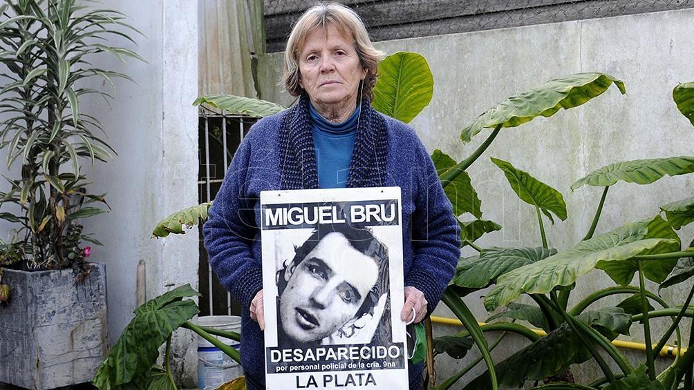 Rosa lleva el retrato de su hijo desaparecido hace 27 años.