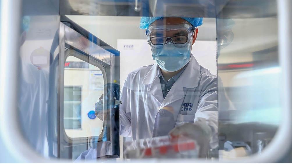 La vacuna China requiere para su almacenamiento, conservación y transporte temperaturas de 2 a 8 grados.