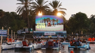 Ante el cierre de salas por el coronavirus, en Tel Aviv inauguran un cine flotante