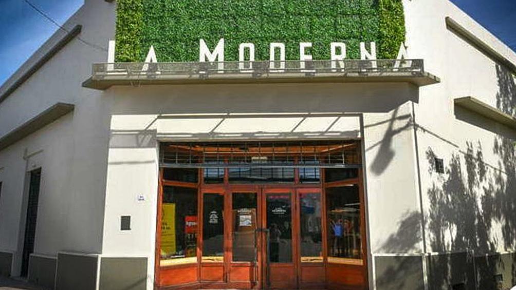 La Moderna, en General Acha, es el que más ha modernizado su fachada.