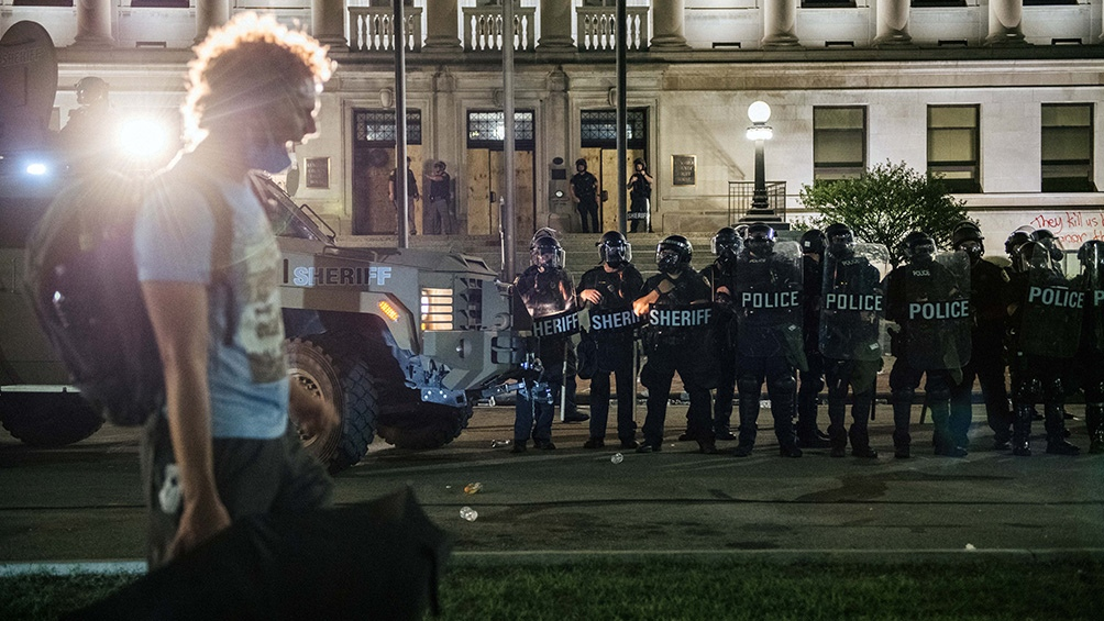 Los manifestantes desafiaron un toque de queda nocturno impuesto ayer en la localidad de Kenosha.
