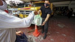 Vecinos de Corrientes entregan donaciones a los bomberos voluntarios