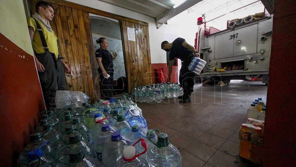 Agua mineral y bebidas con sales son fundamentales para los bomberos que luchan contra las incendios rurales.