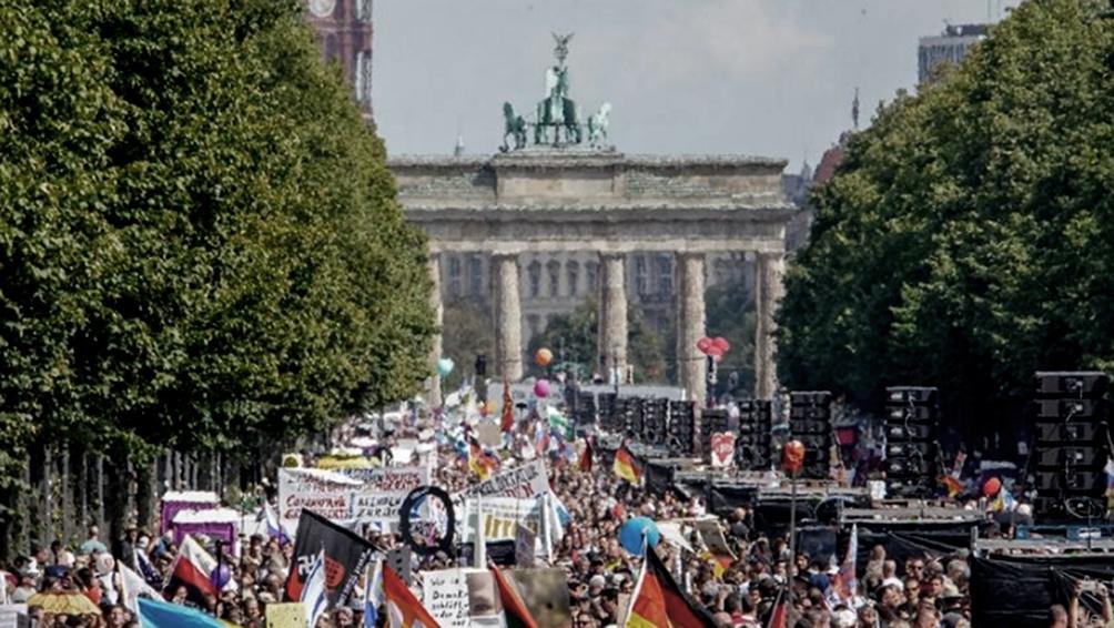 Las protestas del sábado último contaron con decenas de miles de manifestantes críticos del gobierno de Merkel.