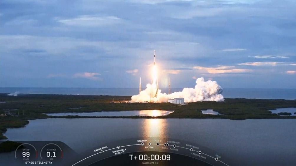 El satélite tiene siete paneles, uno fijo y seis móviles