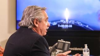El presidente Fernández, observando el lanzamiento del Saocom 1 B.