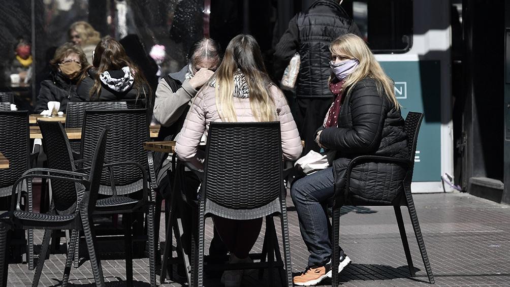 Desde el lunes o martes los locales comerciales bonaerenses podrán recibir más gente, siempre que esté vacunada.