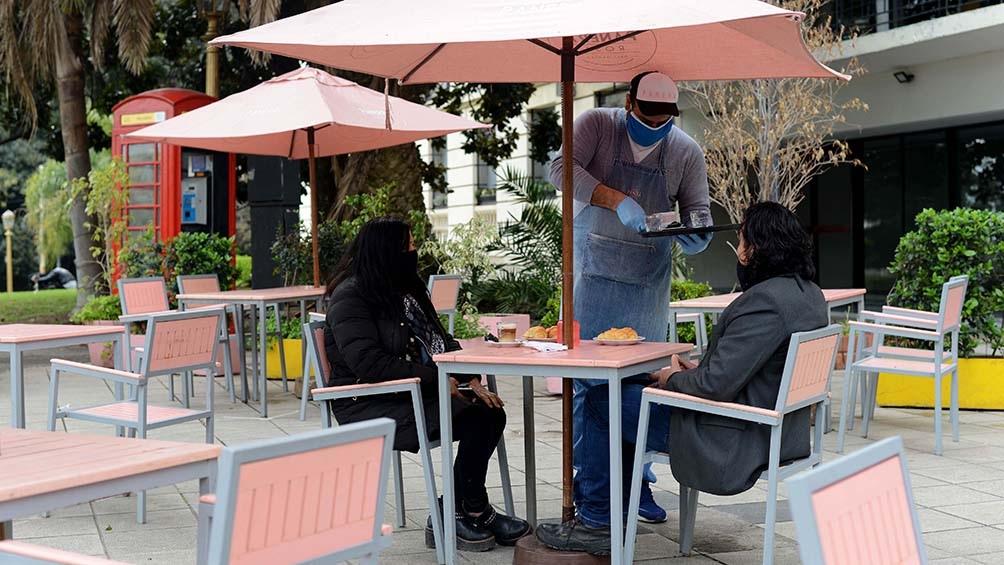 Un total de 231 locales gastronómicos iniciaron en las últimas 48 horas el trámite para habilitar mesas y sillas en veredas, patios y terrazas.