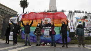 Organizaciones LGBTIQ+ homenajearon a César Cigliutti en la Plaza de Mayo