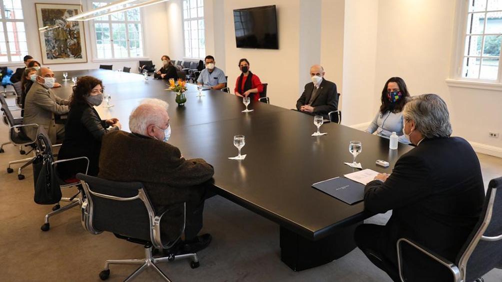 Acompañado por el ministro de Salud, y otros funcionarios, Alberto Fernández se reunió con trabajadores de la salud