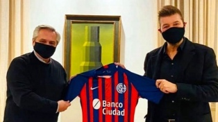 Alberto Fernández recibió una camiseta de San Lorenzo firmada por el plantel