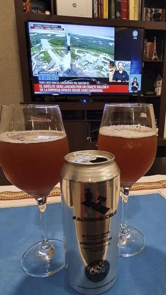 Los festejos en el momento del despegue fueron con un brindis con la cerveza artesanal neuquina