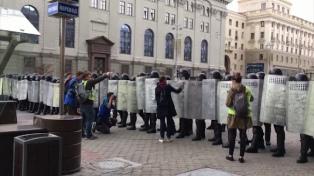 Más de 320 detenidos en otra jornada de protestas y represión en contra de Lukashenko