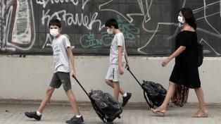 España promete vacunar a adolescentes antes del inicio escolar