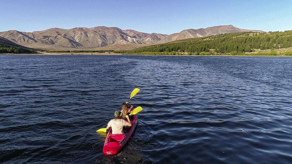 La laguna, que ocupa 60 hectáreas, está ubicada al pie de la cordillera de los Andes, en la Comarca Andina chubutense.