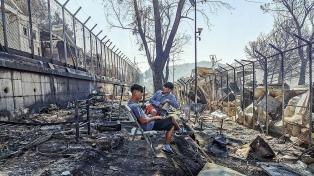Condenaron a cuatro afganos por el incendio de Moria, el mayor campo de refugiados en Europa