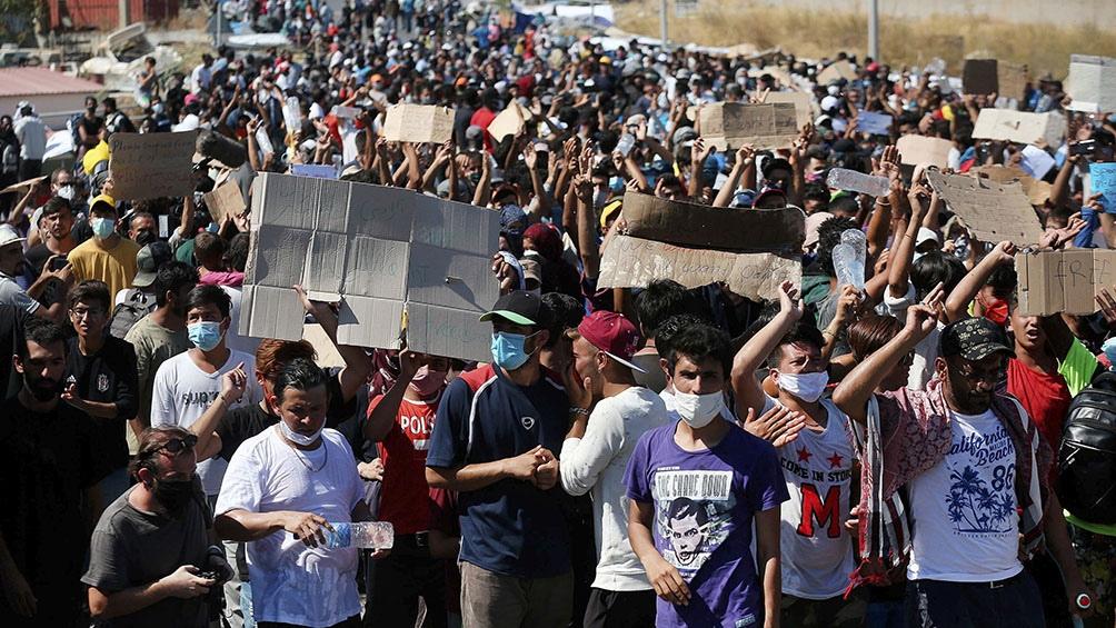 Algunos migrantes tuvieron que ser trasladados al hospital por problemas respiratorios tras aspirar el gas lacrimógeno.