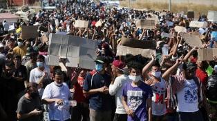Los migrantes exigen salir de isla de Grecia tras el incendio de campamento de refugiados