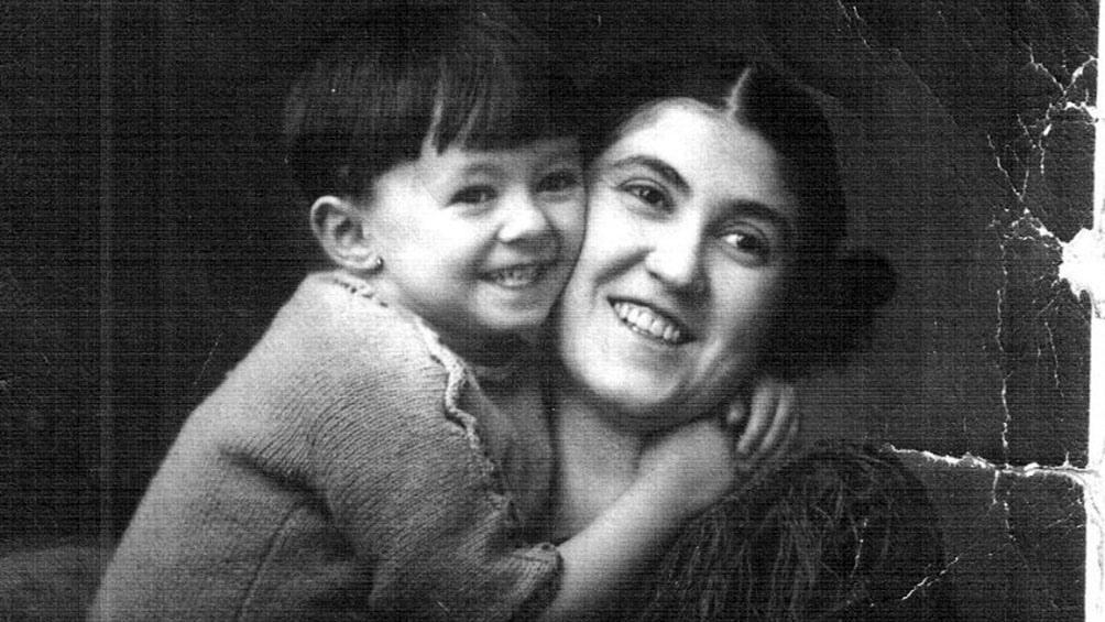 El escritor de niño, junto a su madre.