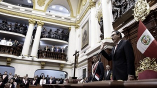 Ocho de cada 10 peruanos apoyan a Vizcarra ante su eventual destitución