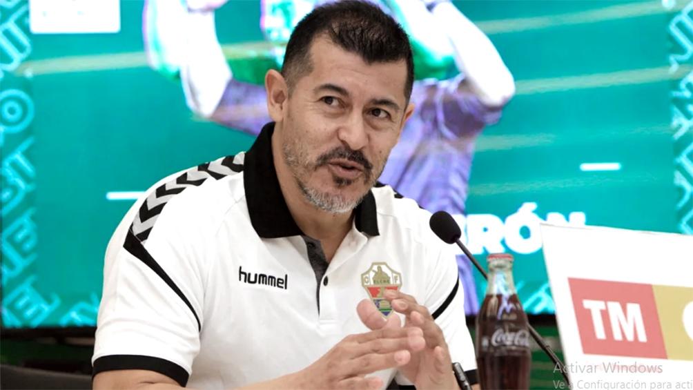 Almirón fue objetado por UEFA para dirigir a Elche desde el banco de suplentes