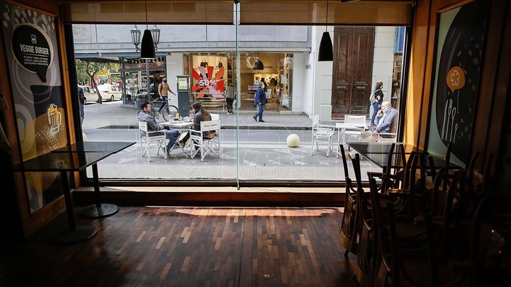 Los bares y restaurantes sólo pueden atender en espacios al aire libre.