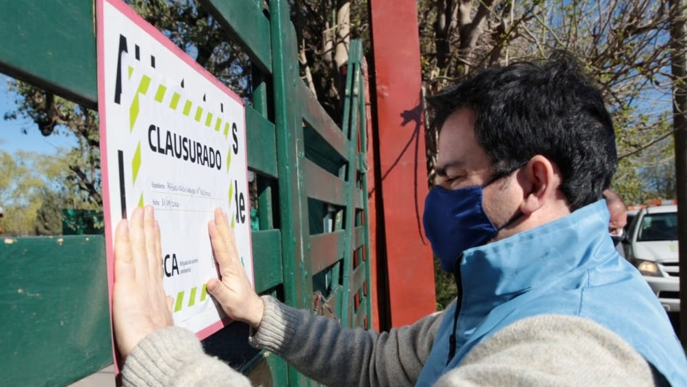 Clausuraron de manera total el zoológico de Luján, conocido por dejar tocar  a los animales - Télam - Agencia Nacional de Noticias