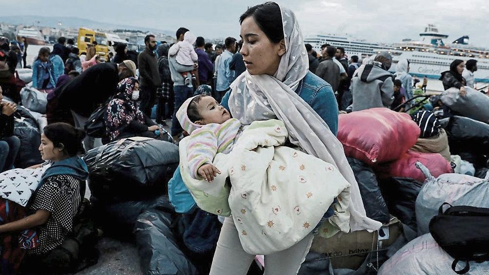 Migrantes de Asia y África que se instalaron en el campamento temporal