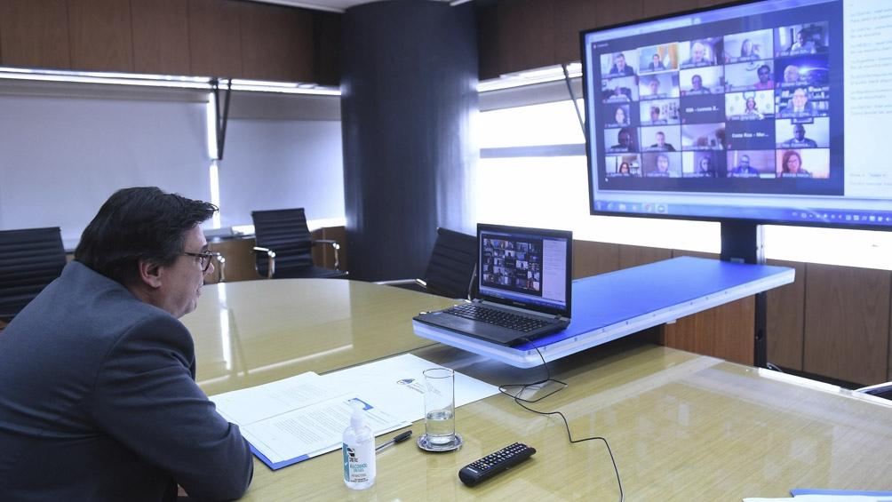 部长在参加虚拟工作会议期间。