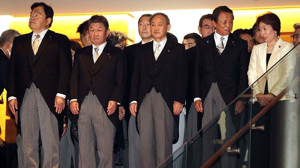 Suga era secretario general y vocero del Gobierno