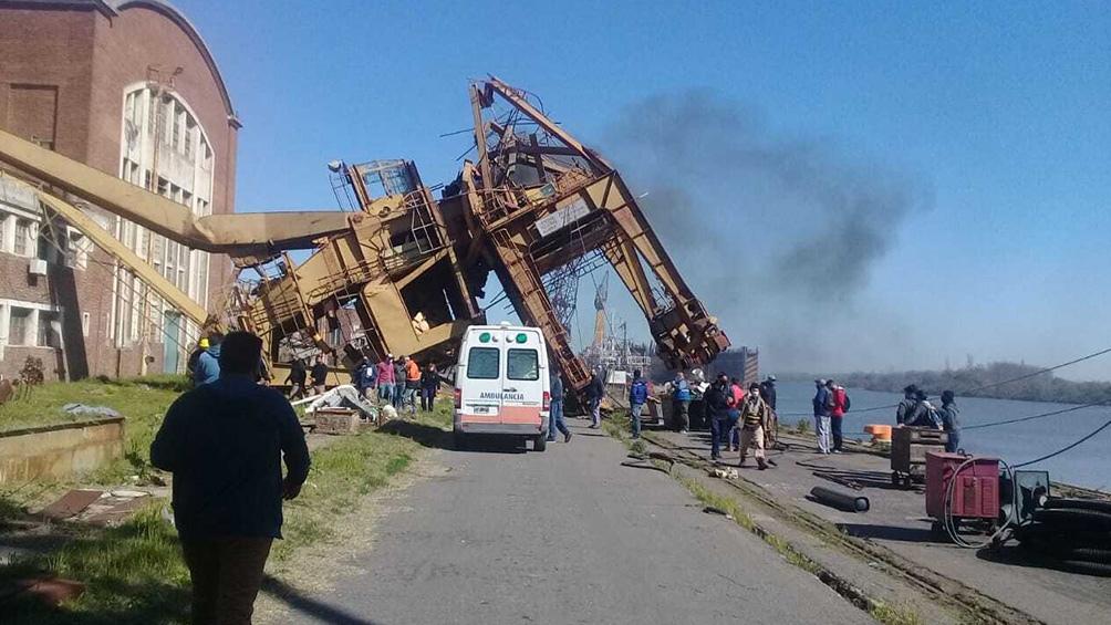 El accidente ocurrió esta mañana, cuando los tres trabajadores operaban con la grúa Jonach, de 20 toneladas.