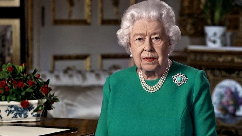 """Según la prensa británica, la soberana, de 94 años, mantuvo """"conversaciones de crisis"""" con su hijo y heredero al trono, Carlos, de 72, y su nieto y segundo en la línea sucesoria, Guillermo, de 38, antes de reaccionar."""