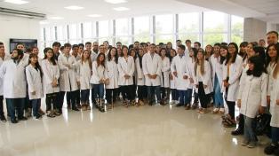 Estudiantes santiagueños de Medicina salen del aula para darle pelea a la pandemia con los pacientes
