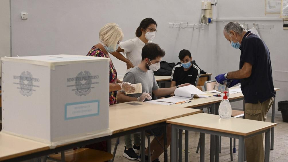 Los italianos deciden si confirman la ley que rebaja la cantidad de legisladores