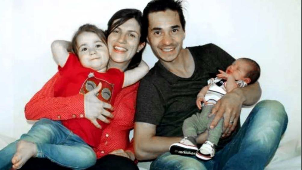 Ethan en los brazos de papá Damián, junto a mamá Cecilia y su hermanito. Nació en el kilómetro 2.984 de la ruta 3, con un peso 3 kilos, 450 gramos y midió 48,5 centímetros.