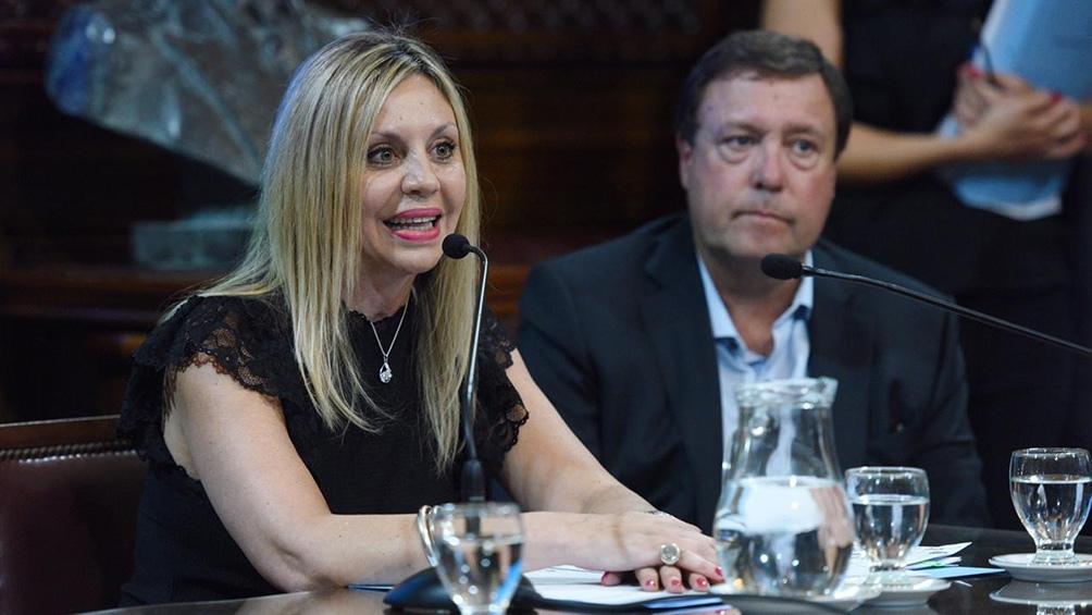 Durante el discurso de Sacnún, el senador de Juntos por el Cambio olvidó apagar su micrófono y se le escuchó atender el llamado de otra persona.
