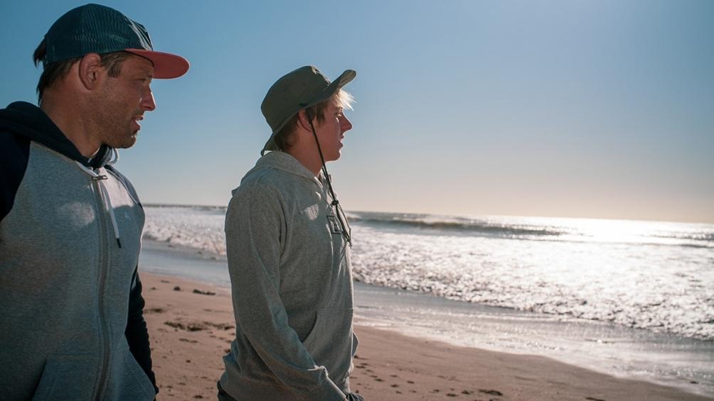 Passeri y Radziunas, coach y pupilo, chequean las condiciones del mar para ver dónde se entrenarán.