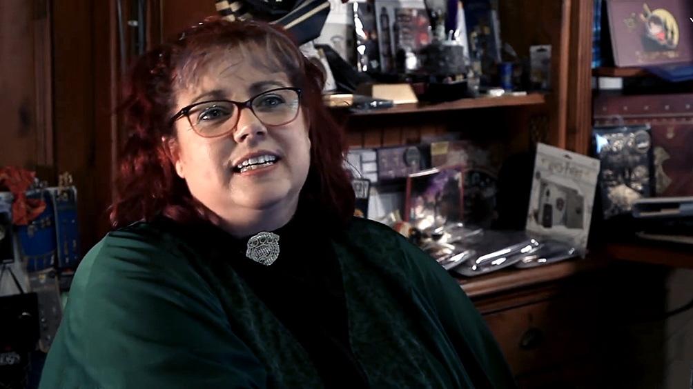 En un video la mujer abre la puerta de su casa e invita a ver su colección de 4.600 objetos.