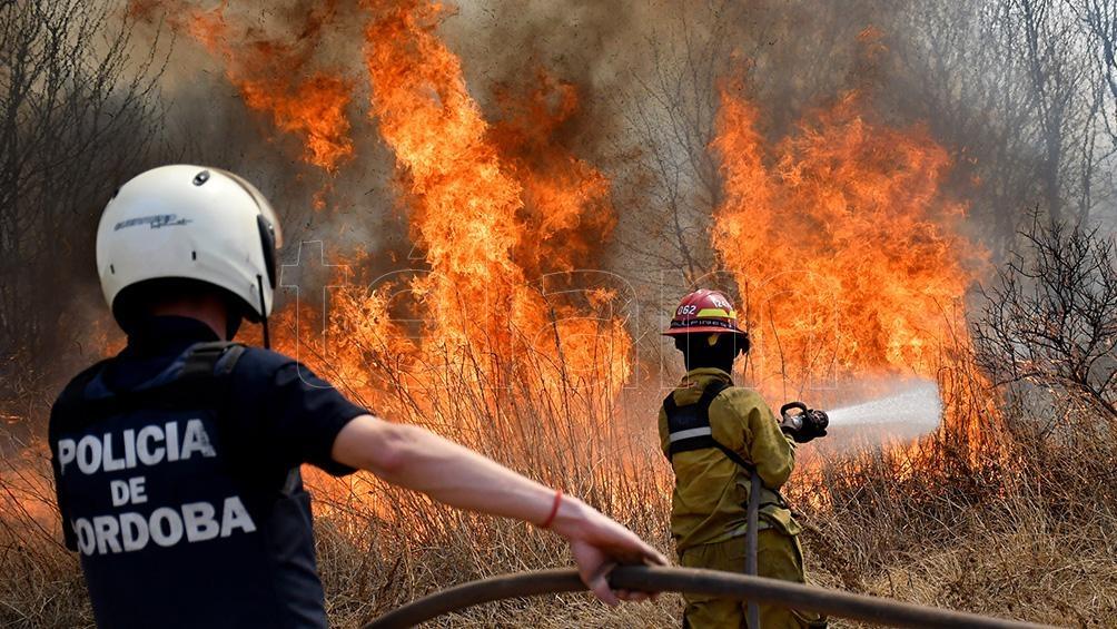 Los bomberos deben lidiar con un viento en aumento y una máxima de 37 grados.