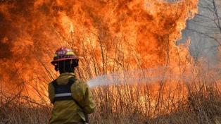 Dos hombres muertos por combatir incendios mientras persiste un foco activo