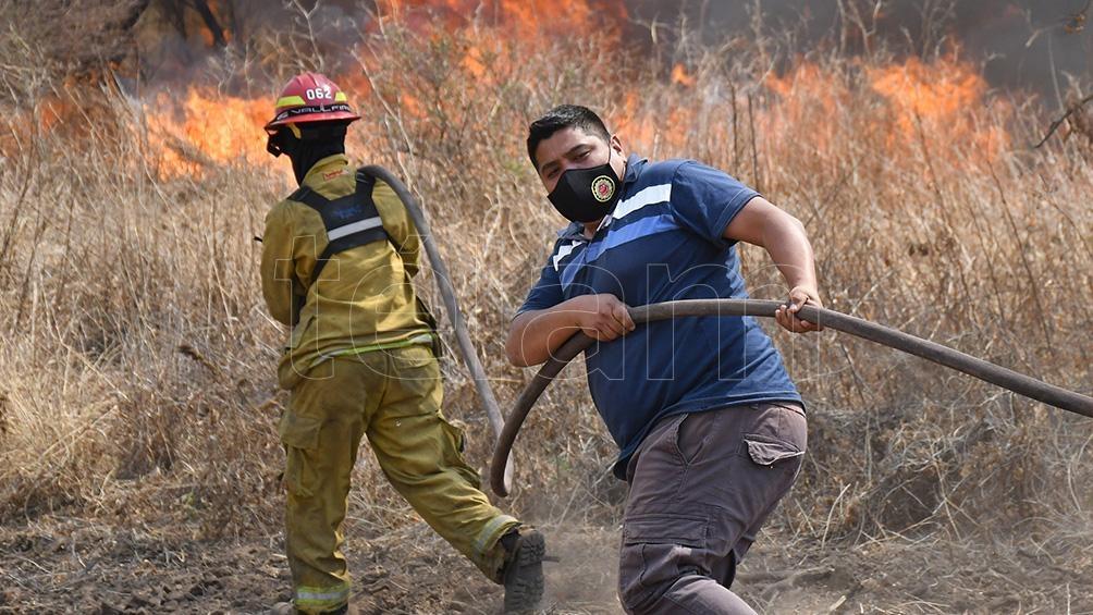 Los bomberos permanecen en la zona por posibles re inicios del fuego