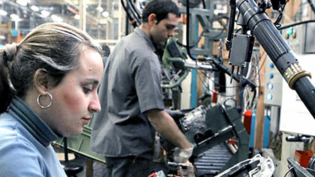 En 2020 se registró una contundente salida de mujeres de la fuerza laboral.
